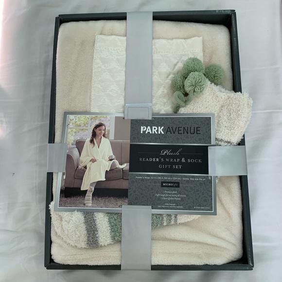 NWT cozy warm Wrap with socks